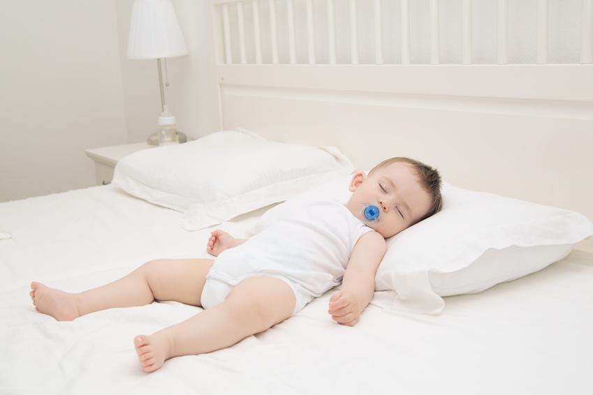 El descanso del bebé, ¿cuándo usar una almohada?